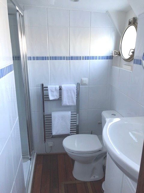 The VERY Spacious En Suite Bathroom